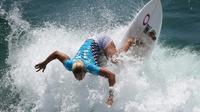 Atlet surfing AS, Sage Erickson, beraksi dalam kejuaraan surfing AS Terbuka di Pantai Huntington, California, AS, (25/7/2016). (AFP/Mark Ralston)