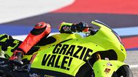 Livery tersebut digunakan pembalap veteran tersebut guna menghormati Valentino Rossi yang akan balapan untuk terakhir kalinya di Sirkuit Misano, Italia. (AFP/Andreas Solaro)
