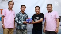CEO PT SAM Element Indonesia Agustinus Rudy (kedua kanan), Kasubdit Standar Telekomunikasi Radio SDPPI Kemenkominfo Indra Utama dan Ketum Asosiasi IoT Indonesia, Teguh Prasetya menyerahkan modul kit IoT kepada perwakilan peserta IoT Makers Creation di Tangerang, (25/7/2019). (Liputan6.com/HO/Ady)