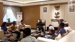 Direktur Utama Indosiar Imam Sudjarwo memberi paparan saat bertemu Menteri Sosial Agus Gumiwang Kartasasmita di Kementerian Sosial, Jakarta, Selasa (18/12). Kunjungan membahas kerja sama di sektor media. (Liputan6.com/JohanTallo)