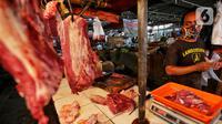 Pedagang melayani pembeli di Pasar Kebayoran Lama, Jakarta, Sabtu (16/5/2020). Permintaan daging sapi jelang Idul Fitri meningkat hingga 50 persen daripada hari biasa  mengakibatkan harga naik dari rata-rata Rp100 ribu per kilogram menjadi Rp120 ribu per kilogram. (Liputan6.com/Johan Tallo)
