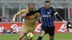 Striker Inter Milan, Mauro Icardi, berusaha melewati bek Torino, Lorenzo De Silvestri, pada laga Serie A Italia di Stadion San Siro, Milan, Minggu (5/11/2017). Kedua klub bermain imbang 1-1. (AP/Luca Bruno)