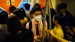 Seorang guru tunanetra, Damkerng Mungthanya menaiki skytrain di Bangkok, Thailand, 12 Februari 2019. Damkerng setiap hari berdesak-desakan di comuter untuk mencapai tempat kerjanya.  (REUTERS/Athit Perawongmetha)