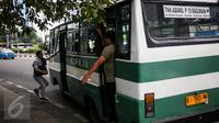 Angkutan umum jenis Kopaja melintas di jalan MH. Tamrin, Jakarta, Senin (27/3). (Liputan6.com/Faizal Fanani)