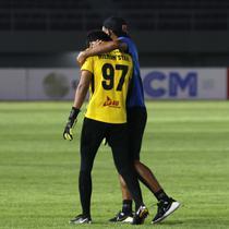 Setelah pertandingan, Hilman tak sanggup menyembunyikan kesedihannya. Ia menangis dan ditenangkan staf PSM untuk masuk ke ruang ganti. (Foto: Bola.com/Ikhwan Yanuar)