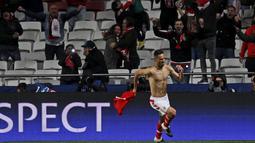 Pemain Benfica, Jonas, merayakan gol yang dicetaknya ke gawang Zenit St. Petersburg dalam Babak 16 Besar Liga Champions di Stadion Luz, Lisabon, Portugal, (16/2/2016). (Reuters/Hugo Correia)
