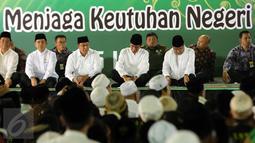 Presiden Jokowi (tengah) dan Menag Lukman Hakim Saifuddin (ketiga kiri) mengikuti Istighosah Nahdlatul Ulama (NU) di Masjid Istiqlal, Jakarta, Minggu (14/6). Istighosah tersebut diadakan untuk menyambut bulan Ramadan 1436 H. (Liputan6.com/Helmi Afandi)