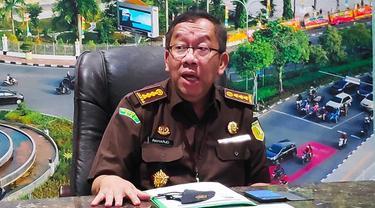 Asisten Intelijen Kejati Riau Raharjo Budi Kisnanto dalam konferensi pers penanganan korupsi di Riau.