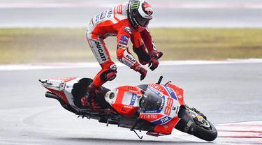 Akrobat di udara Jorge Lorenzo pebalap MotoGP dari Tim Ducati di udara saat berlaga di Grand Prix San Marino di Sirkuit Marco Simoncelli, Misano (10/9/2017). (AFP/Marco BERTORELLO)
