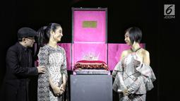 Desainer aksesoris Rinaldy Yunardi bersama Presiden Miss Grand Indonesia Dikna Faradiba serta Passion Jewelry Airyn Tanu memperlihatkan Mahkota Miss Grand Indonesia 2018 dalam gelaran Welcome Dinner di Jakarta, Rabu (11/7). (Liputan6.com/Faizal Fanani)
