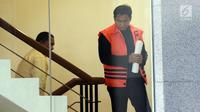 Tersangka kasus dugaan suap distribusi pupuk, Bowo Sidik Pangarso menaiki tangga menuju ruang pemeriksaan di gedung KPK, Jakarta, Selasa (9/4). Mantan anggota DPR dari Fraksi Golkar itu menjalani pemeriksaan lanjutan dalam kasus dugaan suap distribusi pupuk dengan kapal. (merdeka.com/Dwi Narwoko)