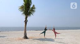 Warga senam di hamparan pasir putih White Sand Beach, Pantai Indah Kapuk (PIK) 2, Jakarta Utara, Sabtu (5/6/2021). Hamparan pasir putih buatan sepanjang sekitar 4 Km menjadi salah satu destinasi warga Jabotabek untuk berlibur. (merdeka.com/Arie Basuki)