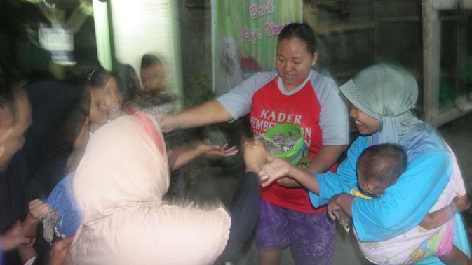 Selain kupat jembut, anak-anak juga memperebutkan saweran. (Liputan6.com/Edhie Prayitno Ige)