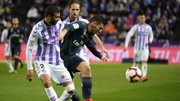Aksi gelandang Real Madrid, Daniel Ceballos pada laga lanjutan La Liga yang berlangsung di Stadion Nuevo Jose Zorrilla, Valladolid, Senin (11/3). Real Madrid menang 4-1 atas Valladolid. (AFP/Cesar Manso)