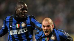 Bergabung dengan Nice, Wesley Sneijder akan reuni dengan mantan rekannya di Inter Milan, Mario Balotelli. (AFP/Sergei Supinsky)