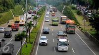 Kendaraan pengangkut melintas di JORR sekitar TB Simatupang, Jakarta, Selasa (6/9). Untuk memperlancar arus lalu lintas saat libur Idul Adha 1437 H, kendaraan pengangkut dilarang beroperasi mulai 9 hingga 12 September. (Liputan6.com/Helmi Fithriansyah)