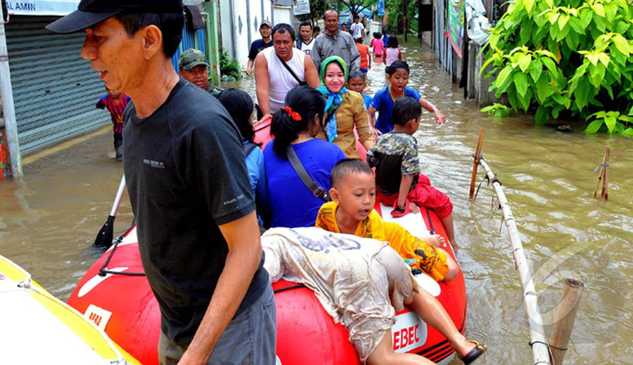 Hujan yang turun sejak Minggu (8/2) lalu, mengakibatkan kawasan perumahan mewah Garaharaya di Tangerang, Banten terendam air setinggi lebih kurang 90 cm, Selasa (10/2/2015). (Liputan6.com/Faisal R Syam)
