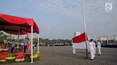 Gubernur DKI Jakarta Anies Baswedan saat mengikuti upacara peringatan Hari Lahir Pancasila di Monas, Jakarta, Sabtu (1/6/2019). Selain Aparatur Sipil Negara (ASN), upacara ini juga diikuti oleh perwakilan organisasi masyarakat. (Liputan6.com/Faizal Fanani)