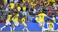 Para pemain Kolombia merayakan gol Yerry Mina (2kiri) saat melawan Senegal pada laga terakhir grup H di Samara Arena, Samara, Rusia, (28/6/2018). Kolombia menang 1-0. (AP/Martin Meissner)