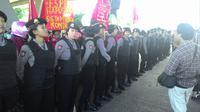 Polwan membentuk pagar betis menjaga aksi Hari Buruh di Makassar, Sulsel. (Liputan6.com/Eka Hakim)