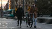 Dua orang pejalan kaki yang mengenakan masker melewati sebuah jalan di Frankfurt, Jerman, 2 November 2020. Jumlah infeksi baru COVID-19 di Jerman bertambah 12.097 kasus dalam sehari. (Xinhua/Lu Yang)