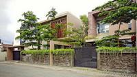 Rumah minimalis modern terdiri dari dua bagian, karya Hbarsitekplus. (dok. Arsitag.com)