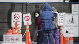 Orang-orang mengantre untuk mengikuti tes COVID-19 di pusat pengujian COVID-19 di Vancouver, British Columbia, Kanada (24/9/2020). PM Kanada Justin Trudeau pada Rabu (23/9) malam waktu setempat mengatakan bahwa gelombang kedua epidemi COVID-19 sudah mulai melanda negara itu. (Xinhua/Liang Sen)