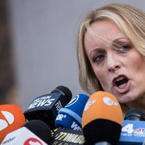 Aktris film dewasa, Stormy Daniels memberi keterangan kepada wartawan saat ia keluar dari Pengadilan Distrik Selatan New York (16/4). Stormy Daniels sebelumnya terlibat skandal perselingkuhan dengan Donald Trump. (Drew Angerer/Getty Images/AFP)