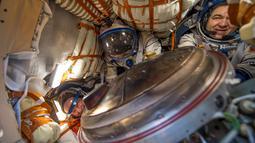 Jeff Williams, Alexey Ovchinin dan Oleg Skripochka berada di dalam kapsul pesawat luar angkasa Soyuz TMA-20M saat mendarat di dekat Kota Zhezkazgan, Kazakhstan, Rabu (7/9).  (Bill Ingalls/NASA/Reuters)