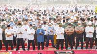 Warga Riau melaksanakan Salat Istisqa atau minta hujan untuk mengatasi kabut asap hasil Karhutla. (Liputan6.com/M Syukur)