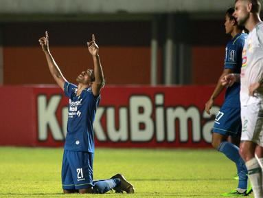 Selebrasi pemain Persib Bandung, Frets Butuan usai mencetak gol kedua timnya ke gawang PS Sleman dalam laga leg pertama semifinal Piala Menpora 2021 di Stadion Maguwoharjo, Sleman, Jumat (16/4/2021). Persib menang 2-1 atas PS Sleman. (Bola.com/Ikhwan Yanuar)