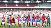Putra putri dari anggota The Jakmania berpose saat menjadi Player Escort Kids pada laga Piala AFC 2019 antara Persija Jakarta melawan Ceres Negros di SUGBK, Jakarta, Selasa (23/4). Kesempatan ini diberikan oleh Allianz. (Bola.com/M. Iqbal Ichsan)