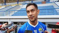 Gelandang asing Persib Bandung, Omid Nazari. (Bola.com/Erwin Snaz)