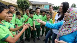 Anak-anak berkebutuhan khusus berbincang dengan atlet nasional, Pungky Afreicia, Presdir AXA Mandiri Jean-Philippe Vandenschrick, dan guru di Yayasan Santi Rama, Jakarta, Rabu (18/4). (Liputan6.com/Fery Pradolo)