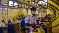 Seorang pekerja medis memantau pasokan tangki oksigen ke berbagai bangsal di sebuah rumah sakit di Lhokseumawe, Aceh, Selasa (7/7/2021). Indonesia memperluas pembatasan untuk memerangi gelombang virus corona COVID-19 yang mematikan. (Azwar Ipank/AFP)