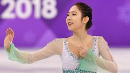 Choi Dabin bersaing dalam kejuaraan figure skating selama Olimpiade Musim Dingin 2018 di Gangneung Ice Arena, Gangneung, Korea Selatan (21/2). Choi Dabin merupakan atlet Korea Selatan kelahiran 19 Januari 2000. (AFP Photo/Mladen Antonov)