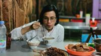 Menteri Keuangan (Menkeu) Sri Mulyani menyantap soto semarang di Soto Pak Man, Semarang, Jawa Tengah. (dok. Instagram @smindrawati/https://www.instagram.com/p/CM3vUbvpyK9/)