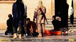 Militan ISIS bersiap mengeksekusi mati tiga pria yang dituduh homoseksual di Kota Raqqa, Suriah, 4 Mei 2015. Kelompok HAM Suriah di AS mengatakan dokumen yang diproduksi ISIS dapat membantu mengidentifikasi individu yang bertanggung jawab atas kekejaman di Suriah. (Militant website via AP)