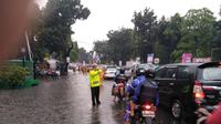 Imbas genangan air di Traffic Light Pancoran, Jakarta Selatam, arah Pasar Minggu, lalu lintas tersendat. (Twitter @PoldaMetroJaya)