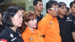 Roro ditangkap dikediamannya sekitar pukul 12.30 WIB. Selain Roro, dalam penangkapan tersebut juga diamankan pria berjenis kelamin laki-laki berinisial WH. (Nurwahyunan/Bintang.com)