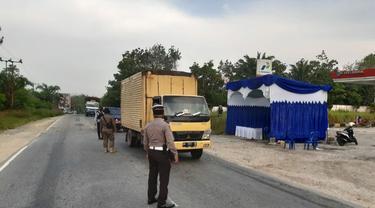 Pos pemeriksaan kendaraan di perbatasan Riau untuk memantau pemudik dimasa Covid-19.