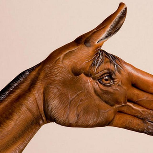 Seniman Ini Sukses Ubah Tangan Manusia Jadi Kepala Hewan