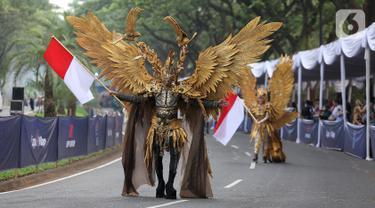 Model membawakan busana dalam Jember Fashion Carnaval di Lippo Karawaci, Tangerang, Banten, Sabtu (23/11/2019). Parade JFC dimulai dengan defile Garuda yang melambangkan kejayaan Indonesia dengan dominasi warna emas berbentuk burung Garuda. (Liputan6.com/Fery Pradolo)