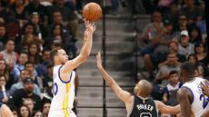 Pemain Golden State Warriors, Stephen Curry (30), melakukan tembakan saat dihadang pemain San Antonio Spurs, Tony Parker (9), pada lanjutan NBA di AT&T Center, San Antonio, (11/4/2016) WIB. (Reuters/Soobum Im-USA Today Sports)