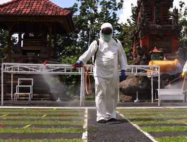 FOTO: Akan Kembali Dibuka, Pura di Tangerang Disemprot Disinfektan