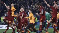 Para pemain AS Roma merayakan kemenangan atas Barcelona pada laga leg kedua perempat final Liga Champions, di Stadion Olimpico, Selasa (10/4/2018). AS Roma menang 3-0 atas Barcelona. (AP/Gregorio Borgia)