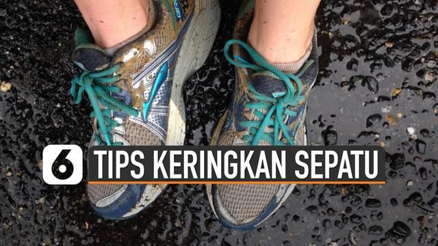 Musim hujan akan segera tiba. Ini dia tips keringkan sepatu di kala musim hujan.
