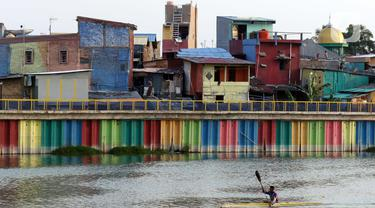 Suasana pemukiman padat penduduk di kawasan Danau Sunter Barat, Jakarta, Kamis (17/9/2020). Pemberlakuan kembali Pembatasan Sosial Berskala Besar (PSBB) di DKI Jakarta diprediksi memberi dampak terhadap pertumbuhan ekonomi nasional, khususnya di kuartal III 2020. (Liputan6.com/Helmi Fithriansyah)
