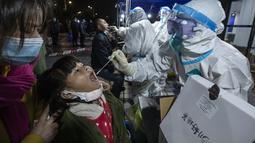 Seorang anak perempuan menjalani tes asam nukleat di Kawasan Industri Modern Chengdu, China (11/12/2020). Kota Chengdu di China memulai pengujian asam nukleat, menyediakan tes gratis untuk semua penduduk di Distrik Pidu, yang melaporkan sejumlah kasus baru COVID-19 sejak pekan ini. (Xinhua)