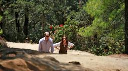 Pangeran William berjalan mendaki gunung bersama sang istri Kate Middleton Duchess of Cambridge menuju ke sebuah biara Buddha di Bhutan, 15 April 2016. (REUTERS/Cathal McNaughton)